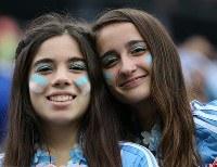 【オランダ・アルゼンチン】笑顔を見せるアルゼンチンの女性サポーター=ブラジル・サンパウロのサンパウロ・アリーナで2014年7月9日、小出洋平撮影