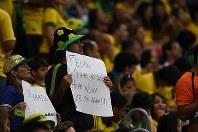 【ブラジル・オランダ】試合途中、ブラジルのスコラリ監督への感謝の言葉を記した紙を掲げるブラジルサポーター=ブラジル・ブラジリアのブラジリア国立競技場で2014年7月12日、宮間俊樹撮影