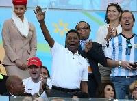 【ドイツ・アルゼンチン】試合前、スタンドから手を振るペレ氏=ブラジル・リオデジャネイロのマラカナン競技場で2014年7月13日、小出洋平撮影