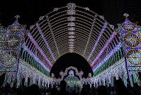 試験点灯された「神戸ルミナリエ」=神戸市中央区で2017年12月4日午後10時13分、久保玲撮影