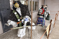 島根県出雲市役所平田支所で展示している「弁慶」(左)と「義経」、山田英之撮影