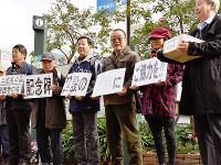 中国残留孤児の苦難の歴史をつづった記念碑建立に向け、街頭での募金活動をする1、2世ら=神戸市中央区のJR元町駅前で、元田禎撮影