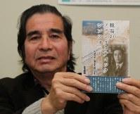 瀬田栄之助の半生を描いた本を手にする志水雅明さん=四日市市で