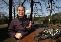散歩の途中まりを手に笑顔の海老一染之助さん=東京都杉並区で2007年3月、小出洋平撮影