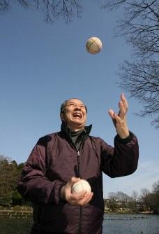 青空に向かってまりを放る海老一染之助さん=東京都杉並区で2007年3月、小出洋平撮影