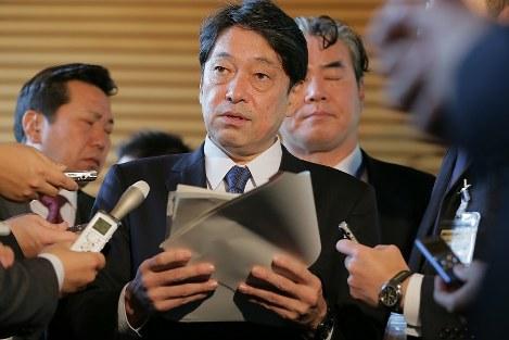 閣議後、記者の質問に答える小野寺五典防衛相=首相官邸で2017年12月5日、和田大典撮