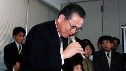 自主廃業決定後、涙を流しながら会見する山一証券の野沢正平社長(当時)=1997年11月24日、河内安徳撮影
