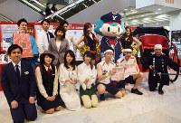 来年の福袋をお披露目するそごう横浜店のスタッフら=横浜市西区のそごう横浜店で