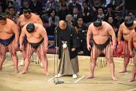 九州場所の千秋楽、土俵上で頭を下げる日本相撲協会の八角理事長(中央)ら=福岡国際センターで11月26日、矢頭智剛撮影