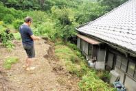 今年7月の集中豪雨で、崩れた土砂が迫った民家。災害時は、避難情報への判断で生死が分かれることもある=2017年7月14日、愛知県犬山市内で、花井武人撮影