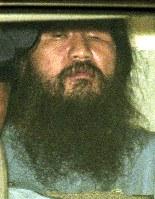 オウム真理教による一連の事件で1995年5月、逮捕された教祖の松本智津夫(麻原彰晃)死刑囚。教団への解散命令を巡る裁判では、信教の自由のあり方が問われた=写真は95年9月8日、勾留理由開示手続きを終えて東京地裁を出る松本死刑囚