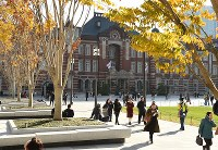 整備工事が完了した東京駅丸の内駅前広場=東京都千代田区で2017年12月7日午前10時10分、丸山博撮影
