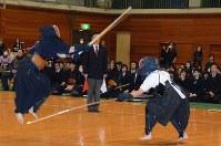 なぎなたをよけ飛び上がって面を打つ剣道部員(左)=琴平高校で2016年12月6日午後1時58分、山中尚登撮影