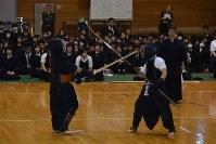 剣道となぎなたそれぞれの特性を生かして戦う部員たち=琴平高校で2014年12月9日午後2時10分、山中尚登撮影