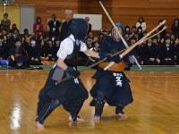 熱戦を繰り広げる剣道部員となぎなた部員=琴平高校で2013年12月18日午後0時9分、山中尚登撮影