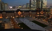 リニューアル工事が終わり、オープンしたJR東京駅の「丸の内駅前広場」=東京都千代田区の新丸ビルで2017年12月7日午後4時50分、小川昌宏撮影
