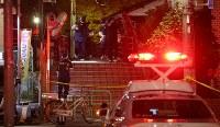 事件があった現場周辺を調べる捜査員ら=東京都江東区で2017年12月7日午後10時26分、長谷川直亮撮影