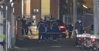 事件があった現場周辺を調べる捜査員ら=東京都江東区で2017年12月7日午後10時50分、長谷川直亮撮影