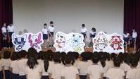 小学生らの手で除幕された、東京五輪・パラリンピックのマスコット最終候補となった3作品=東京都渋谷区で2017年12月7日午前10時44分、渡部直樹撮影