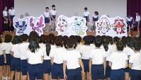 小学生らの手で披露された、東京五輪・パラリンピックのマスコット最終候補となった3作品=東京都渋谷区で2017年12月7日午前10時44分、渡部直樹撮影