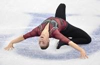 【フィギュアGPファイナル】 男子SPで演技するアダム・リッポン=名古屋市南区の日本ガイシホールで2017年12月7日、宮間俊樹撮影