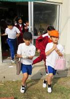 抜き打ちの訓練で校庭に避難する児童たち=徳島県阿南市の津乃峰小で2017年11月15日、山口知撮影