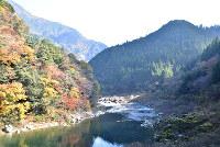 紅葉で彩られた村=高知県大川村で、松原由佳撮影