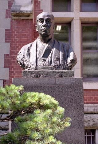 慶応義塾大学三田キャンパスにある福沢諭吉の銅像=2013年6月17日、水島光智撮影