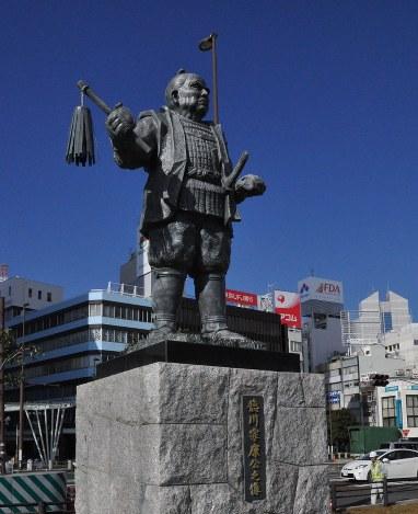 徳川家康像=JR静岡駅北口で2014年12月24日、平塚雄太撮影