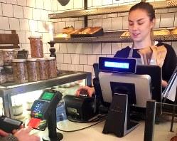 現金による商品購入ができないパン店。女性店員は「現金に触らないことで衛生的なメリットがある」と話す=ストックホルムで2017年11月18日、三沢耕平撮影