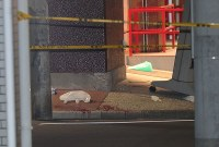 事件があった現場付近に残された血痕=東京都江東区で2017年12月7日午後11時41分、長谷川直亮撮影