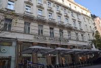 ウィーン国立歌劇場へ続くケルントナー通りにあるホテルアンバサダー。有馬大五郎も定宿として利用していたという=2016年