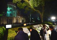 原爆ドームに向かって花をささげる参加者たち=広島市中区で、山田尚弘撮影