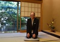 「名人はこの辺りかな」と座ってみせる俵木さん。座布団は日本将棋連盟が用意するという=ホテル椿山荘東京で