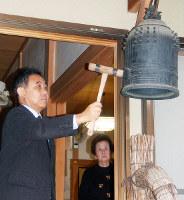 平和を祈り鐘をつく参加者=京都市上京区の大輪院で、国本ようこ撮影