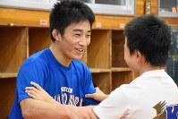 子供にレスリングを教える樋野選手=奈良県広陵町の大和広陵高校で、佐藤英里奈撮影