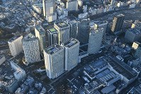 Obayashi Corp.'s head office, the second from left in the foreground, is seen from a Mainichi Shimbun helicopter on Dec. 9, 2017, in Tokyo's Minato Ward. (Mainichi)