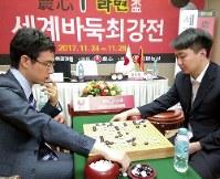第19回農心辛ラーメン杯世界最強戦で、終局後、検討する一力遼八段(左)と党毅飛九段=韓国・釜山で