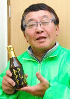 自販機で売り始めた「金のぽんず」を手にするとらや物産の高柄烈さん=大阪市東成区で、平川哲也撮影
