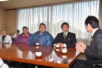 宿舎がある福岡県田川市の二場公人市長(右端)を表敬訪問した貴ノ岩(右から4人目)=2017年11月2日午前11時10分、斎藤毅撮影