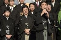 「お練り」を終えてあいさつをする二代目松本白鸚を襲名する松本幸四郎さん(手前右)。中央は十代目松本幸四郎を襲名する市川染五郎さん、左は八代目市川染五郎を襲名する松本金太郎さん=東京都台東区の浅草寺で2017年12月11日午前11時45分、渡部直樹撮影