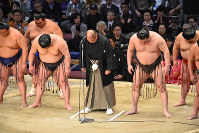 On the final day of the Kyushu Grand Sumo Tournament, Japan Sumo Association Chairman Hakkaku, center, bows his head in apology with other sumo wrestlers, in the ring at the Fukuoka Kokusai Center in the city's Hakata Ward, on Nov. 26, 2017. (Mainichi)