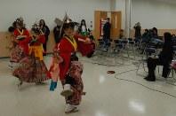 リンダ・オオハマさん(右)らに「金澤神楽鶏子舞」を演舞する佐々木さんの家族ら=大槌町で