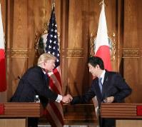 蜜月をアピールするトランプ米大統領(左)と安倍晋三首相。だが、通商面での両者の方向性は微妙に違う=東京都港区の迎賓館で11月6日(代表撮影)