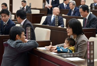 熊本市議会:乳児同伴の市議を厳...