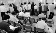 バブルが崩壊したあとの90年代後半はリストラの嵐が吹き荒れ、99年には男性の完全失業率が初の5%に=都内のハローワークで1999年