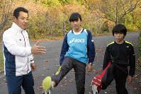 小中学生に足の上げ方を指導する北延博さん(左)=奈良県吉野町で、栗栖健撮影