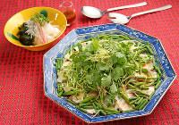 切り身に野菜をたっぷり乗せて蒸した「魚の中華蒸し」(手前)と「大根とワカメとシラスのさっぱりあえ」=菅知美撮影