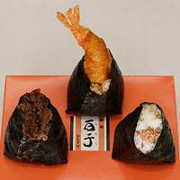 百千(左)「牛沢米沢牛おむすび」、(中央)「えび天むす」(各290円)