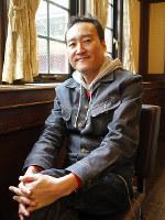 「古武道」リーダーでピアノの妹尾武=大阪市中央区で、田中博子撮影